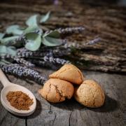 Cinnamon macaroon - Macaroons retail : perfumed macaroons - La Biscuiterie Lolmede