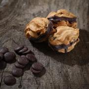 MACARON RHUM RAISINS &  CHOCOLAT - Les macarons alcoolisés - La Biscuiterie Lolmede