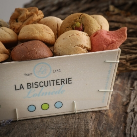 Macaroons in a wooden box - La Biscuiterie Lolmede