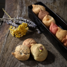 New : the box with macaroons - La Biscuiterie Lolmede