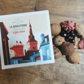 The box with macaroons and chocolates - La Biscuiterie Lolmede