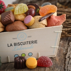 The wooden box full of macaroons and candies - La Biscuiterie Lolmede