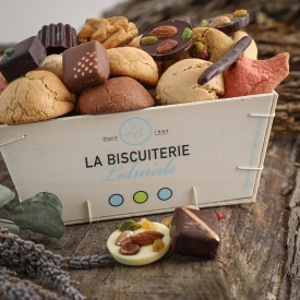 The wooden box of macaroons and chocolates - La Biscuiterie Lolmede