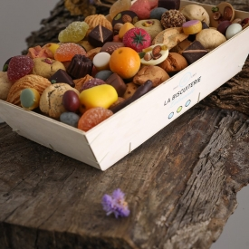 The wooden box of macaroons, candies and chocolates - La Biscuiterie Lolmede