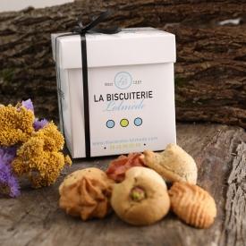 Whtite box of 500gr of macaroons - La Biscuiterie Lolmede