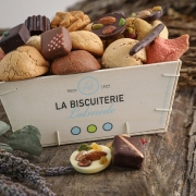Wooden box with macaroons and chocolates - Gifts space - La Biscuiterie Lolmede